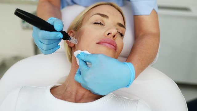 vídeos y material grabado en eventos de stock de mujer joven en el tratamiento de mesoterapia - cirugía plástica