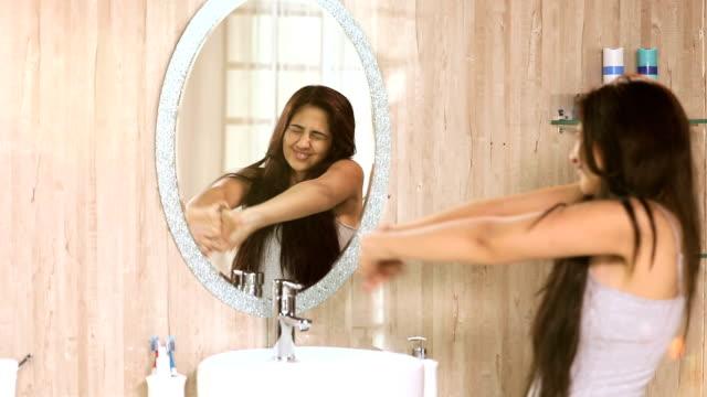 vídeos de stock, filmes e b-roll de young woman at mirror after waking up, delhi, india - cabelo assanhado