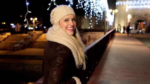 vidéos et rushes de jeune femme au marche de nuit - sans mise au point and équilibre