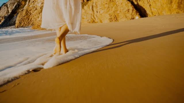 ポルトガルのプライア・ダ・ウルサビーチで日没時のws tsヤングウーマン - barefoot点の映像素材/bロール