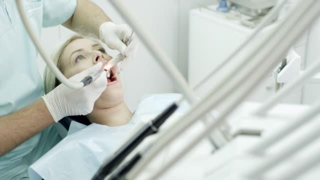 junge frau im zahnarzt - zahnarzt stock-videos und b-roll-filmmaterial