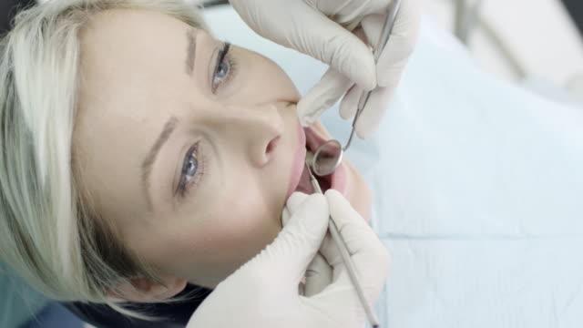 Junge Frau im Zahnarzt