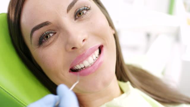 vídeos de stock, filmes e b-roll de jovem mulher no dentista - dentista