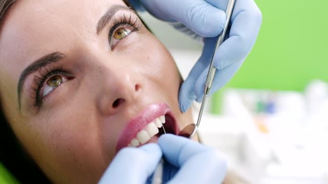 ung kvinna hos tandläkaren - vårdklinik bildbanksvideor och videomaterial från bakom kulisserna