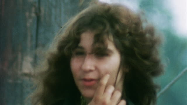 cu focusing young woman at woodstock festival / bethel, new york, usa - anno 1969 video stock e b–roll