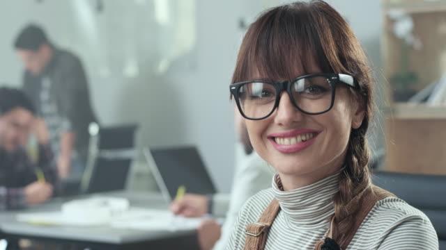 vídeos y material grabado en eventos de stock de mujer joven en el trabajo - negocios finanzas e industria