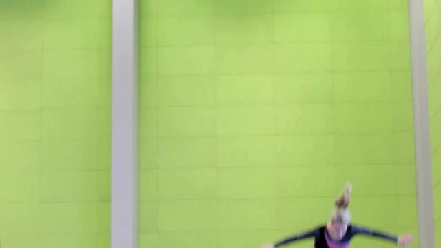 stockvideo's en b-roll-footage met jonge vrouw atleet op trampoline - trampoline
