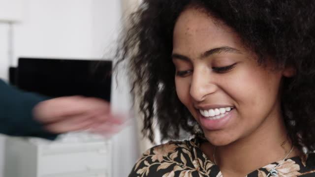 vidéos et rushes de jeune femme étant motivée dans la réunion de bureau - féliciter