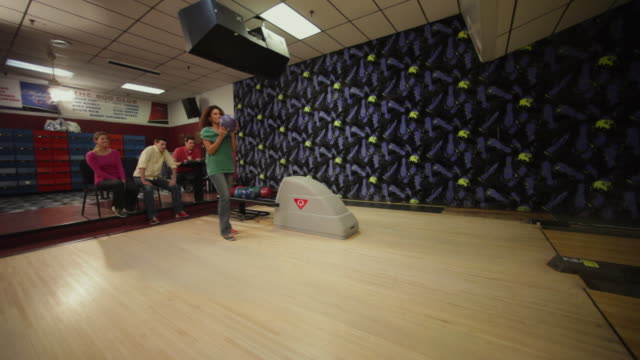 stockvideo's en b-roll-footage met ws pan young woman bowling / dover, new hampshire, usa - bowlingbal