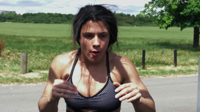 vídeos de stock, filmes e b-roll de young woman boxing - sutiã para esportes