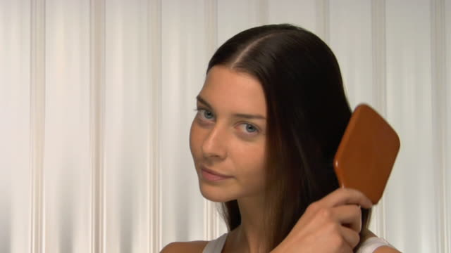 stockvideo's en b-roll-footage met cu, young woman brushing her long brown hair, portrait - haar borstelen