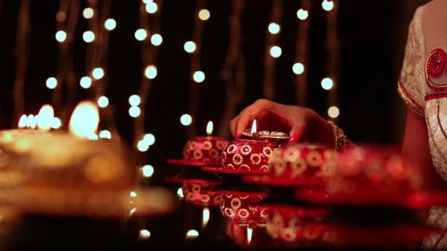 vidéos et rushes de young woman burning candles - groupe moyen d'objets