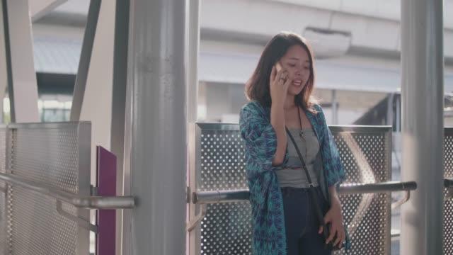 vídeos de stock, filmes e b-roll de jovem chamada em um telefone inteligente. - voz