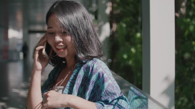 vídeos de stock, filmes e b-roll de jovem chamada no celular. ela casual roupas. - voz