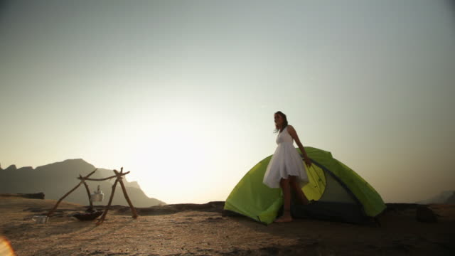vídeos de stock e filmes b-roll de young woman camping in a forest - chaleira de chá