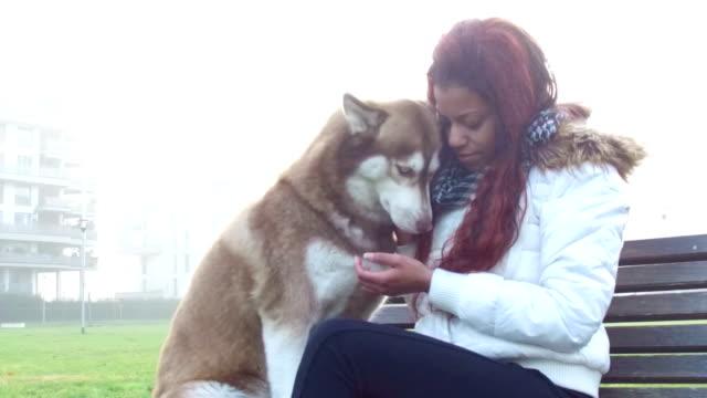 Jonge vrouw streelt haar hond - Slow Motion