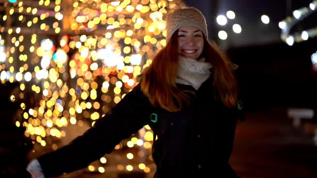 vídeos de stock e filmes b-roll de young woman celebrating on the street - cachecol