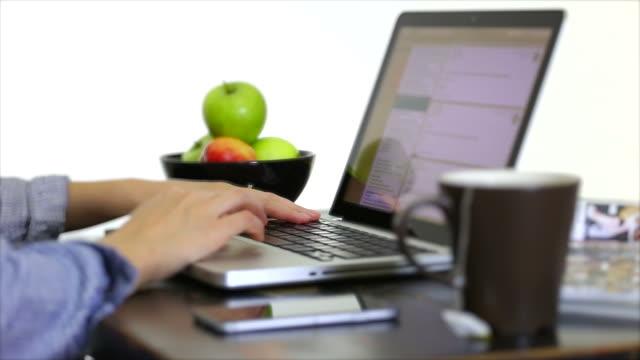 vídeos y material grabado en eventos de stock de mujer joven verificar su correo electrónico en la computadora portátil. - navegar por la red