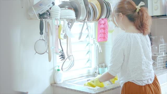 料理を掃除する若い女性。 - 台所点の映像素材/bロール