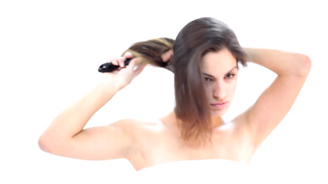 vídeos y material grabado en eventos de stock de mujer joven peinar su cabello - cepillo para el cabello