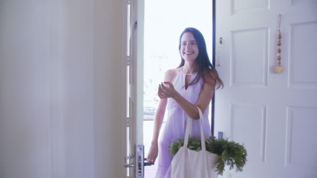 vídeos y material grabado en eventos de stock de ms ts young woman coming home from grocery shopping - bolsa reutilizable