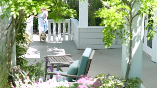 young woman coming home with dog - 24コマ撮影点の映像素材/bロール