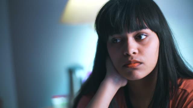 vídeos de stock, filmes e b-roll de a mulher nova contempla profundamente e enfrenta a dificuldade que cai adormecida. - pessoas serenas