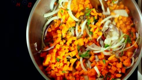 vídeos y material grabado en eventos de stock de mujer joven que cocina en casa - asado alimento cocinado