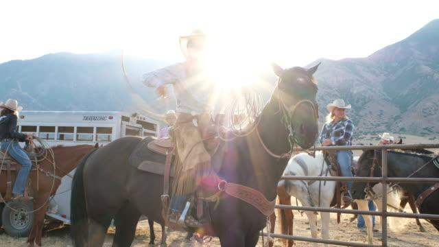 Junge Frau Cowgirl auf einem Pferd