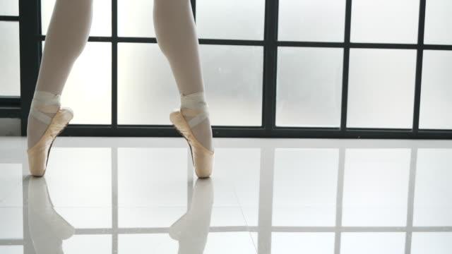 vídeos y material grabado en eventos de stock de joven bailarina ballet - equilibrio vida trabajo
