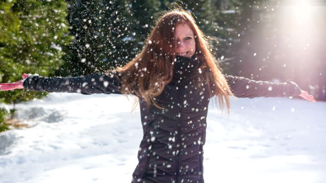 junge frau tanzt im schnee - wintersport stock-videos und b-roll-filmmaterial