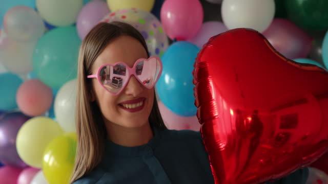 vídeos y material grabado en eventos de stock de joven bailando con globo - globo de helio