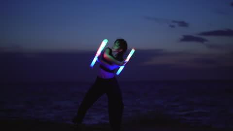 ung kvinna dansar med ljus vid havet - konst bildbanksvideor och videomaterial från bakom kulisserna