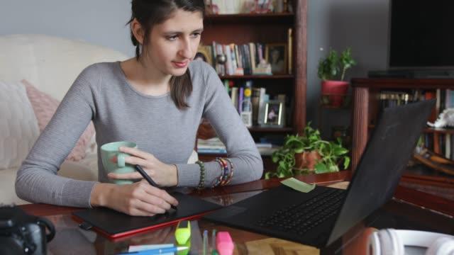 vídeos y material grabado en eventos de stock de diseñador de joven trabajo en el hogar - sordera