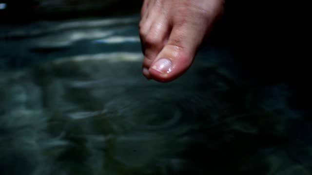 vídeos y material grabado en eventos de stock de cu mujer joven dipping pie en la bañera - mojar