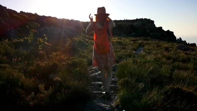 夕暮れ時にケープタウンでテーブルマウンテンの頂上を発見した若い女性 - 南ア テーブルマウンテン点の映像素材/bロール
