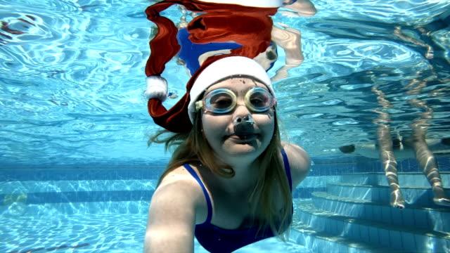 junge frau tauchen im weihnachtsmann-mütze - schwimmbrille stock-videos und b-roll-filmmaterial