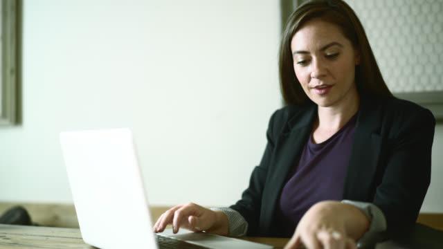 Junge Frau, Büro Papierkram, öffnen und Lesen der Buchstaben.