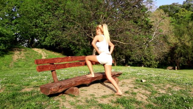 vídeos y material grabado en eventos de stock de mujer joven haciendo ejercicio - sólo mujeres jóvenes
