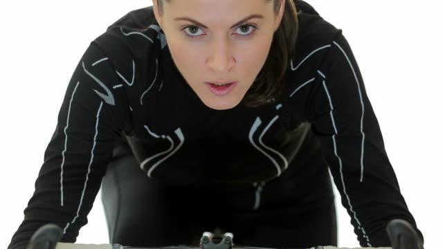 若い女性による専門エクササイズ自転車にします。 - インドアサイクリング点の映像素材/bロール