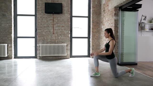 vidéos et rushes de jeune femme fait des mouvements brusques à la maison - aérobic