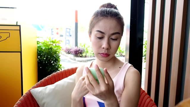 vídeos de stock, filmes e b-roll de jovem mulher fazendo maquiagem - 30 seconds or greater