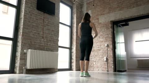 サイドは突進を行う若い女性 - 踏む点の映像素材/bロール