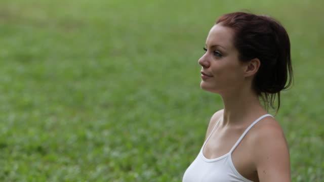 vídeos y material grabado en eventos de stock de ms young woman doing yoga in park / singapore - brazo humano