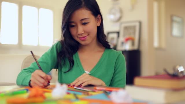 vídeos y material grabado en eventos de stock de pan cu young woman drawing at home - esmalte de uñas rojo