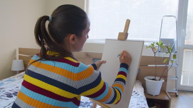vídeos de stock, filmes e b-roll de jovem desenhando em seu quarto. artista trabalhando em casa. fique em casa durante o surto de pandemia covid-19. - hobbie