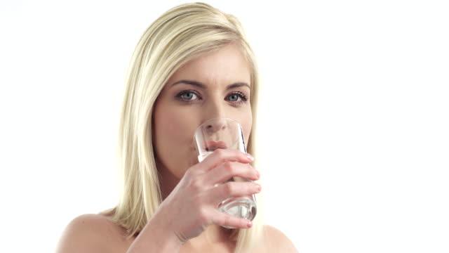 Junge Frau trinkt eine Wasser