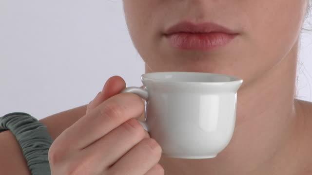 vídeos y material grabado en eventos de stock de ecu, zo, young woman drinking coffee, portrait - café bebida
