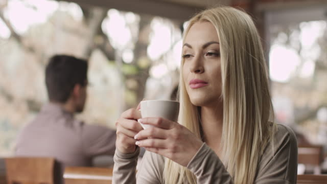 vídeos de stock, filmes e b-roll de jovem mulher bebendo café - cor de cabelo