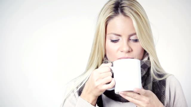 Junge Frau trinkt Tee